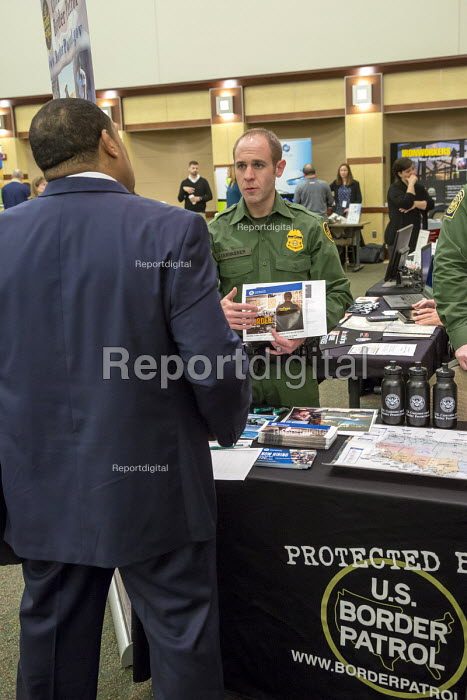 Michigan, USA. US Border Patrol Agent recruiting a job seeker at a job fair for veterans and persons with disabilities sponsored by the American Society of Employers - Jim West - 2017-01-27