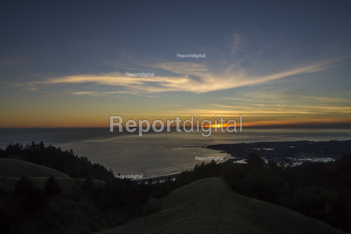 View from Mount Tampalpais as the sun sets on a calm sea north of San Francisco. The Farallones Islands are near the horizon - David Bacon - 2017-01-29