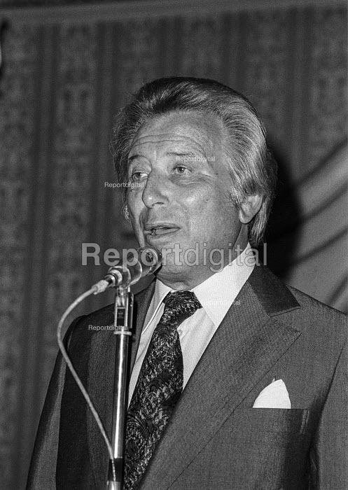 Impresario Bernard Delfont at a press conference, London 1977 - Peter Arkell - 1977-09-01