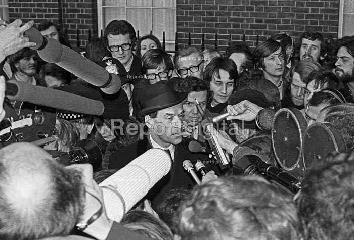 Liberal leader Jeremy Thorpe surrounded by the press in Downing Street after meeting Edward Heath who had just lost the general election by 4 votes to the Labour Party. Heath was trying to form a Conservative Liberal coalition government but Thorpe refused - NLA - 1974-03-03