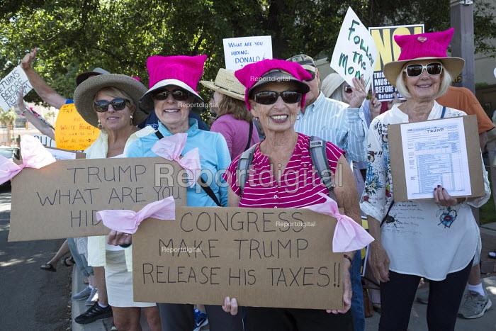 Tucson, Arizona,USA, protest outside the federal courthouse demanding President Donald Trump releases his tax return - Jim West - 2017-04-15
