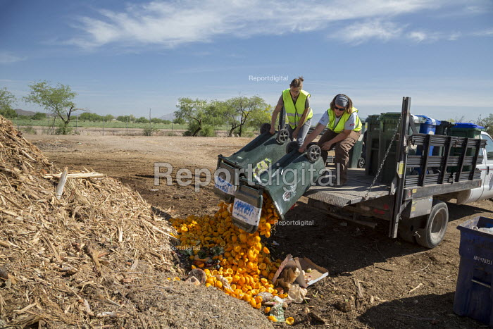 Tucson, Arizona, USA. Compost Cats, University of Arizona students composting food waste from the city of Tucson, diverting it from landfills. The compost is then sold for use on farms and gardens - Jim West - 2017-04-16