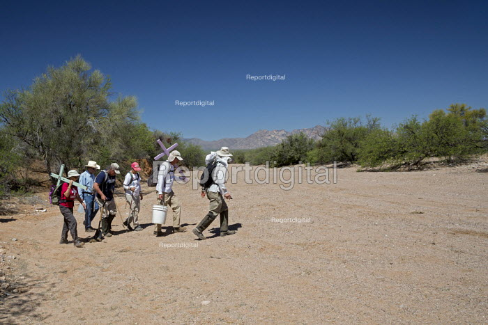 Tucson, Arizona, USA Mexican Border, Tucson Samaritans placing crosses in the desert where the remains of immigrants were found. Hundreds of migrants from Mexico and Central America die trying to evade US Border Patrol checkpoints. More than 500 crosses planted in Arizona by the Samaritans and other groups now mark where they died. - Jim West - 2017-04-18