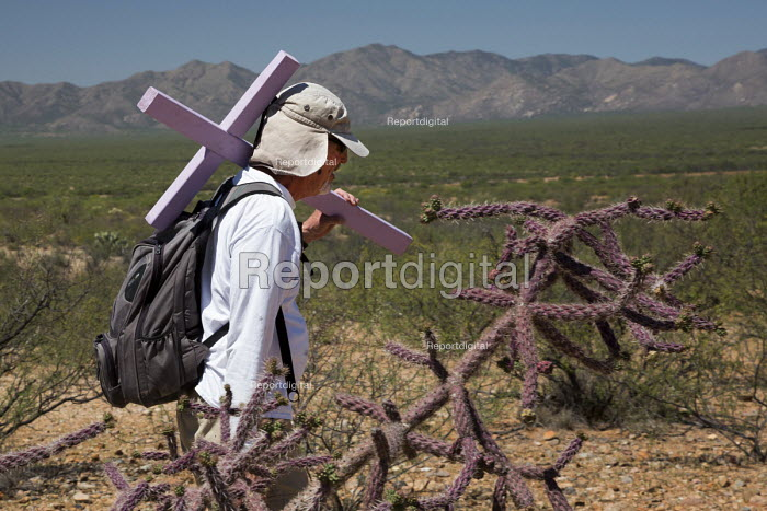 Tucson, Arizona, USA Mexican Border, Tucson Samaritans placing crosses in the desert where the remains of immigrants were found. Hundreds of migrants from Mexico and Central America die trying to evade US Border Patrol checkpoints. More than 500 crosses planted in Arizona by the Samaritans and other groups now mark where they died. Barry Gosling carrying a cross through the desert. - Jim West - 2017-04-18