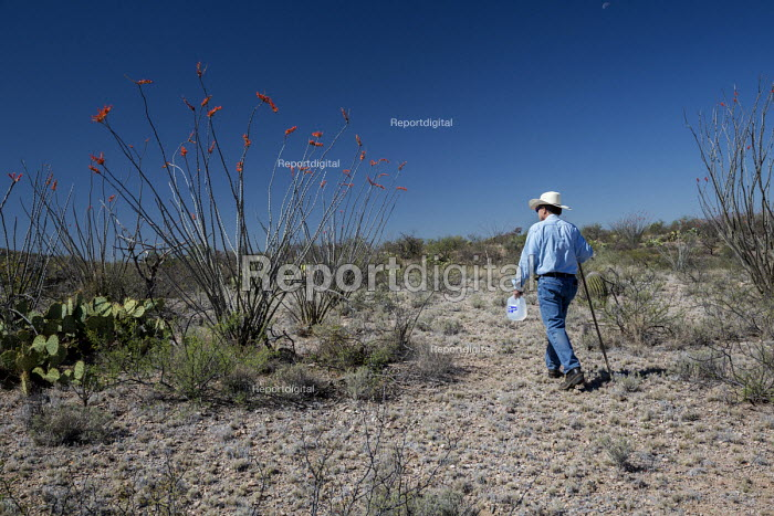 Tucson, Arizona, USA Mexican Border, Tucson Samaritan leaving water in the Arizona desert. The aim is to prevent the deaths of some of the hundreds of migrants who die crossing the US Mexico border each year. - Jim West - 2017-04-18