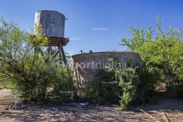Tucson, Arizona, USA A water tank used by ranchers for cattle in the desert. A cross indicates that an immigrant died here when he climbed in to get water and drowned when he could not get out. Hundreds of migrants from Mexico and Central America die each year trying to cross into the United States - Jim West - 2017-04-18