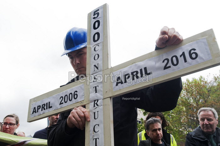 Workers hold one minutes silence, International Workers Memorial Day, Tower Hill, London to commemorate those who have been injured or lost their lives at work - Stefano Cagnoni - 2017-04-28