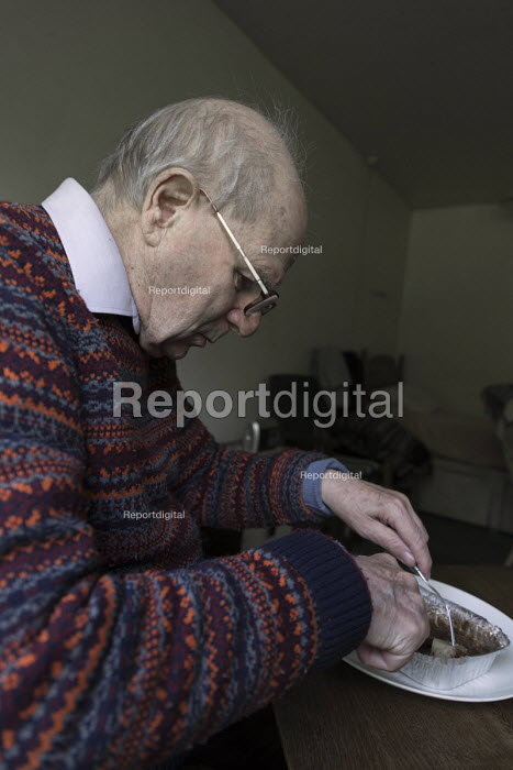 Pensioner in sheltered accommodation eating his meals on wheels lunch, Telford. Provided by a private company - John Harris - 2017-05-11