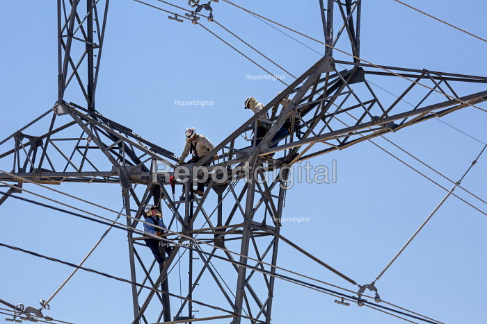 Tucson, Arizona, USA Workers up a high voltage electrical transmission pylon, Tucson Electric Power, H. Wilson Sundt Generating Station - Jim West - 2017-04-19