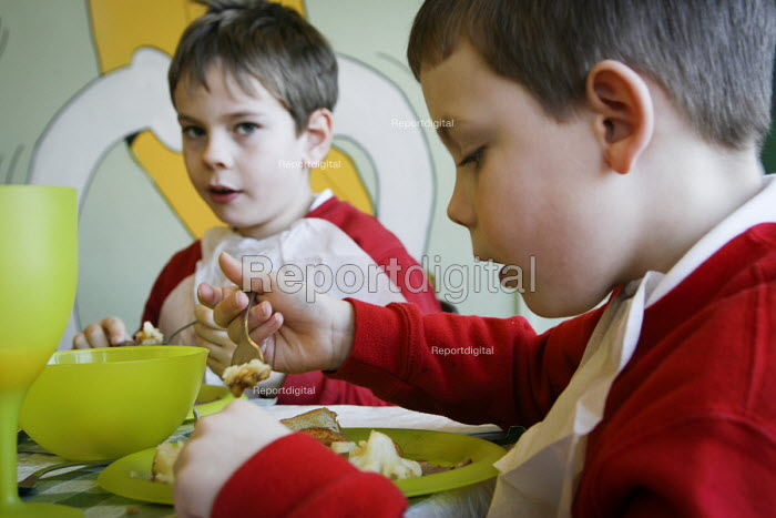 Dinnertime at a primary School , Newcastle Upon Tyne - Mark Pinder - 2007-02-07