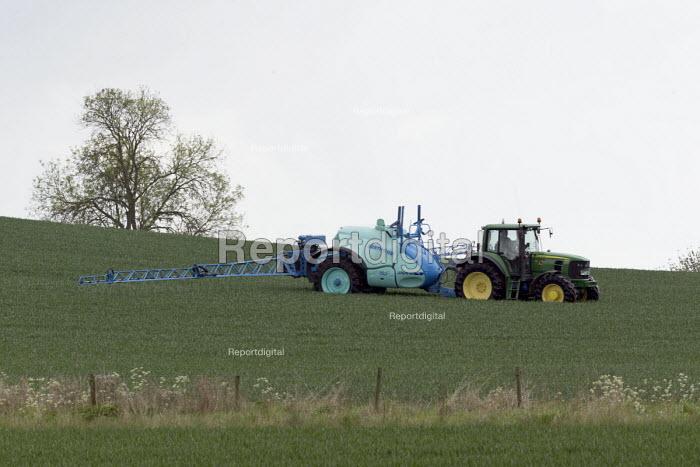 Crop spaying, Warwickshire - John Harris - 2017-05-12