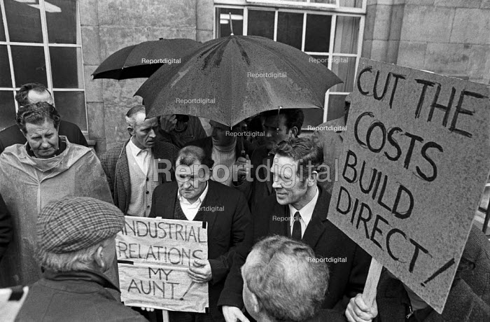 1971 Building workers from the Barbican redevelopment building site protest outside the Department of Employment against The Lump, the practice of big construction companies contracting out much of the work to small firms who pay less and who often avaoid paying taxes. This practice also weakens the trade union organisation on the site. - NLA - 1971-04-26