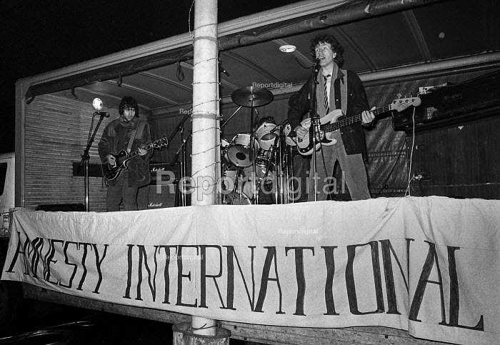 Singer songwriter Tom Robinson (R) playing at an Amnesty International candle lighting benefit concert 1978 - NLA - 1978-12-11