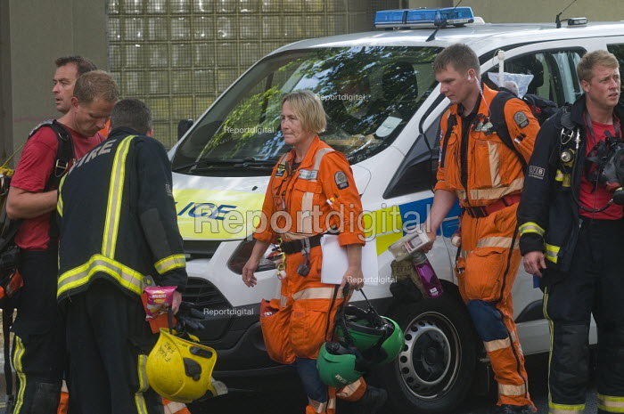 Grenfell Tower Fire. Paramedics and Firefighters leaving the disaster area at the end of their shift after working at the Grenfell Tower fire scene - Stefano Cagnoni - 2017-06-14