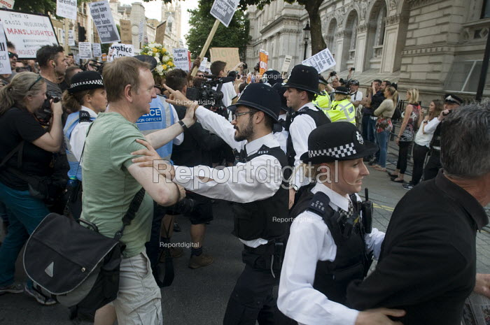Grenfell Tower Fire. Police clash with Justice For Grenfell march to Downing Street in protest at the injustice of lives lost in the tragedy, London - Stefano Cagnoni - 2017-06-16