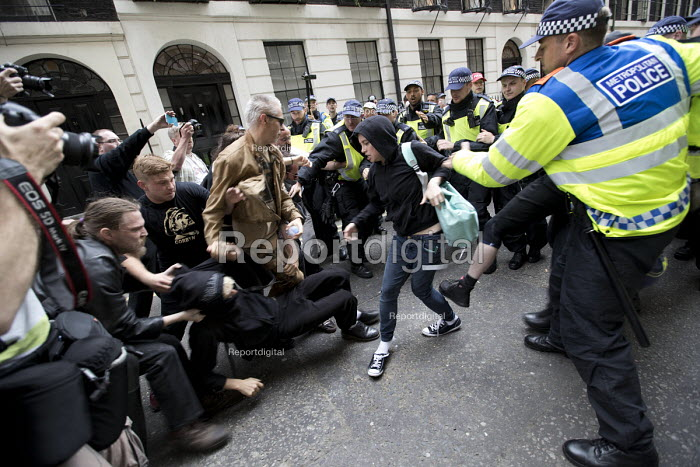 Police scuffles with anti fascists opposing an English Defence League march London. - Jess Hurd - 2017-06-24