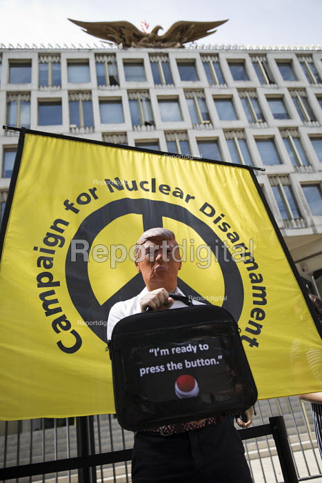 Anti war protest US Embassy London aftert Fire and Fury threat by Donald Trump against North Korea, organised by CND and Stop the War Coalition, Im ready to press the button - Jess Hurd - 2017-08-11