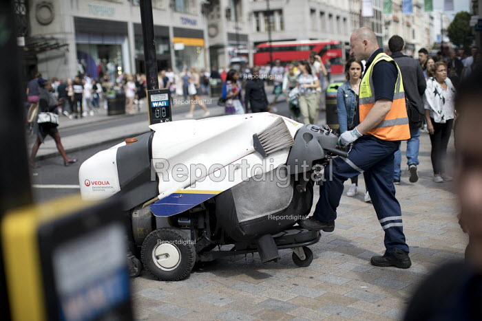 Veolia environmental services road sweeper, Oxford Street, London. - Jess Hurd - 2017-08-11