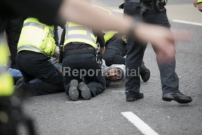 Police making an arrest. Anti fascist protestors confronting National Front march, Grantham, Lincolnshire - Jess Hurd - 2017-08-19