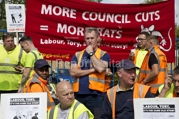 Birmingham council refuse workers go on strike against redundancies, Perry Barr Depot, Birmingham. Birmingham City Council want to save 600,000 a year by axing 113 grade three bin men and replacing them with lower paid positions. - John Harris - 2017-09-01