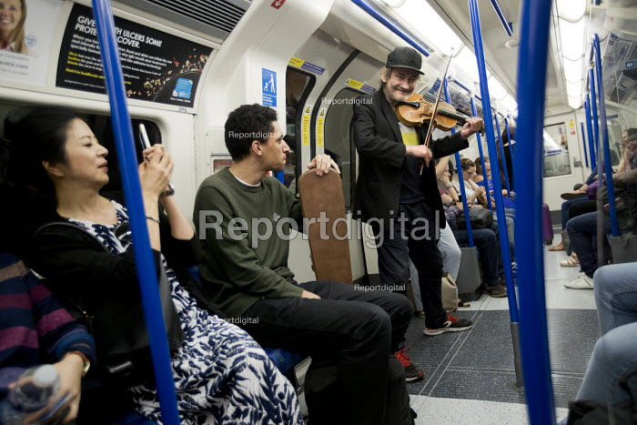 Homeless musician entertaining commuters on the Northern line with his rendition of Mozart, London underground - Jess Hurd - 2017-09-02