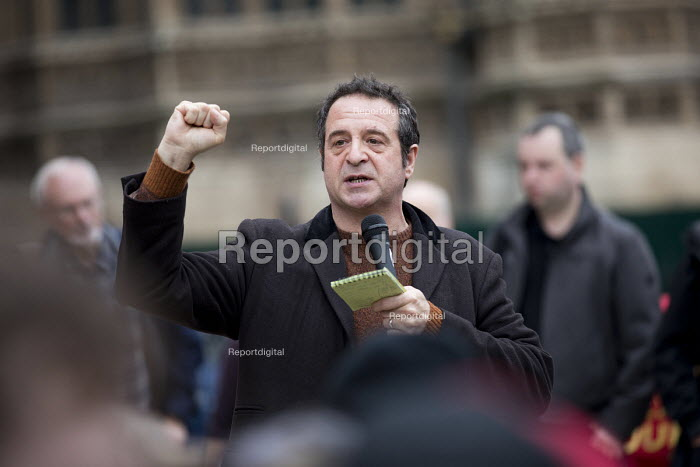 Mark Thomas speaking at McDonalds workers strike rally, Westminster, London. Fast Food Rights Campaign want 10 an hour, end to zero hour contracts and union rights - Jess Hurd - 2017-09-04