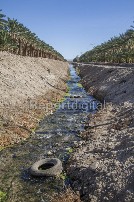 Coachella Valley, California, USA Irrigation ditch carrying runoff from nearby fields and date orchard into the Salton Sea - David Bacon - 2017-08-15