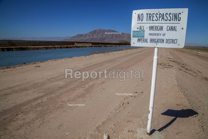 Imperial Valley, California, USA The All American Canal flowing next to the US Mexican border, it eventually ends at the Salton Sea - David Bacon - 2017-08-17