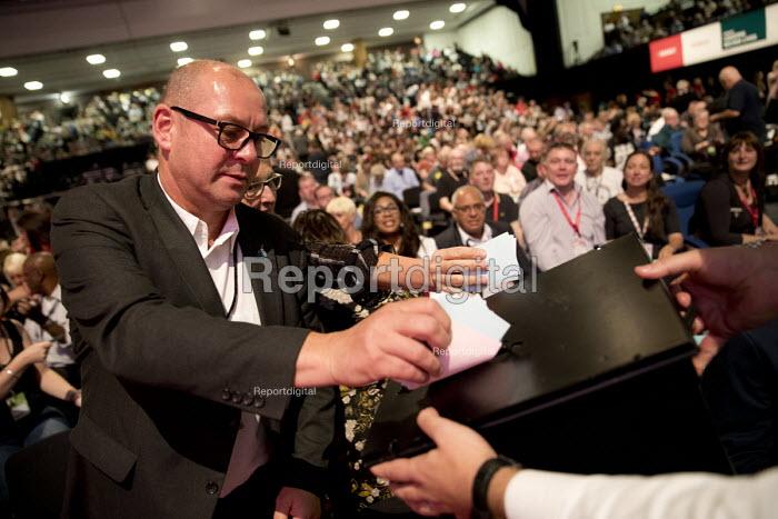 Steve Turner, Unite voting in a card vote, Labour Party Conference, Brighton 2017 - Jess Hurd - 2017-09-26