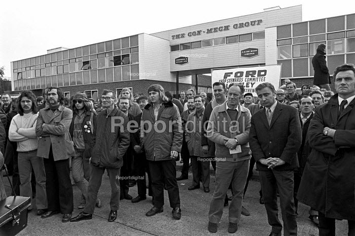 Mass picket at Con Mech Group, Woking, Surrey 1973 for recognition of the AEU. The union had been fined by the National Industrial Relations Court (NIRC) for refusing to call off the strike, and it was the Con Mech dispute that finally forced the government to back down - Martin Mayer - 1973-11-05