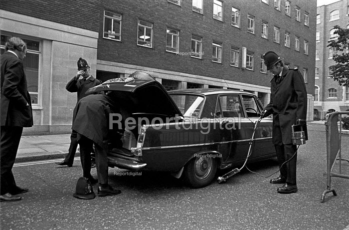 Police using mirror to look under and detect car bombs during IRA bombing campaign, London 1975 - NLA - 1975-09-11