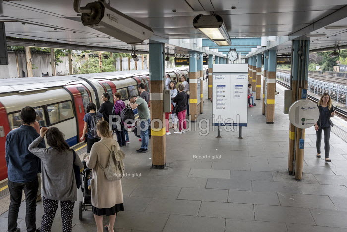 Passengers waiting to board a Jubilee line train, West... - Philip Wolmuth, pw1710016.jpg