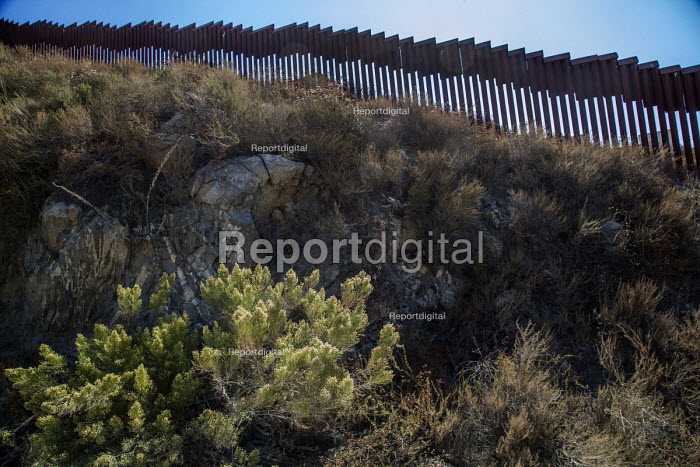 Tecate, California, USA US Mexican border wall - David Bacon, DNB1711001.jpg