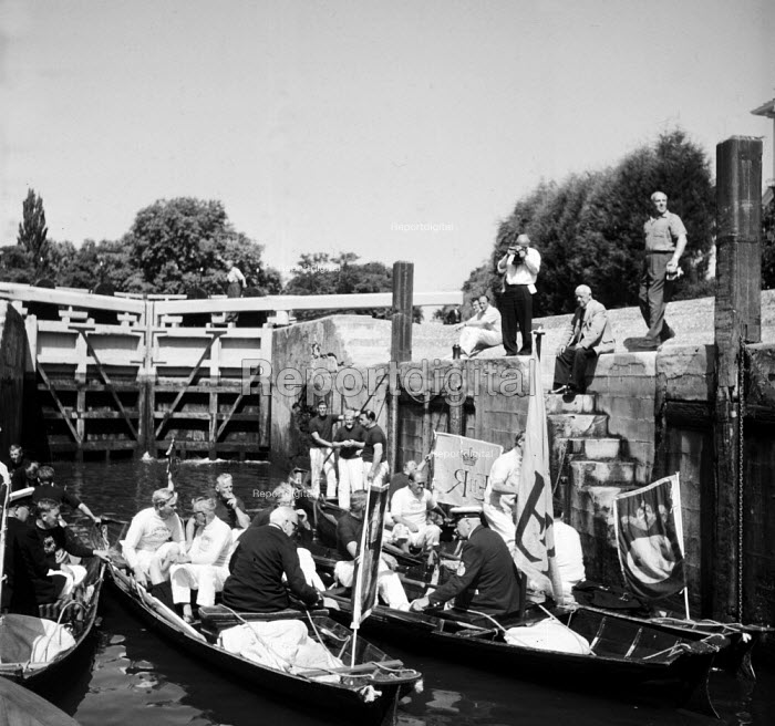 Royal Swan Upping River Thames 1959. Dating back to the... - Alan Vines, RAAV5982.jpg