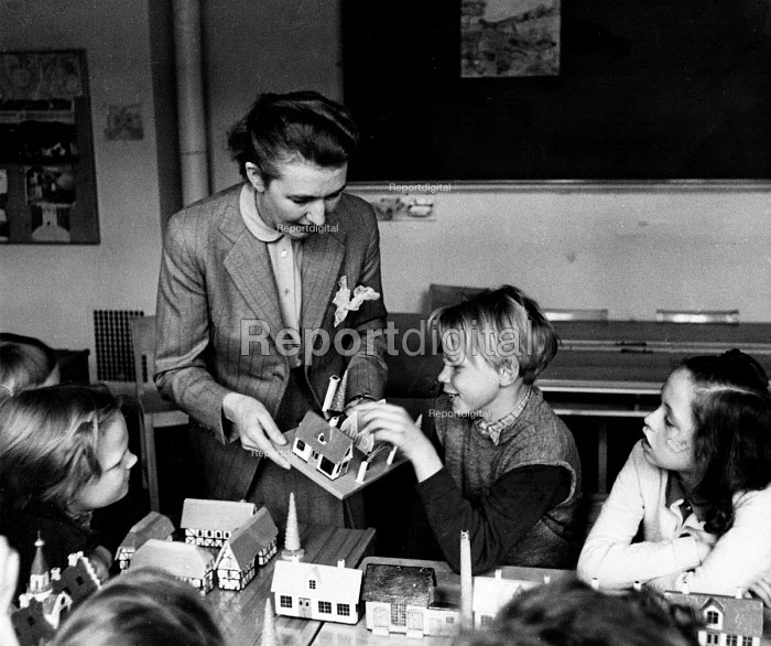 Copenhagen, 1953. Speech instruction through role playing with visual aids at a special school for children suffering from loss of hearing - Eric Schwab - 1953-04-19