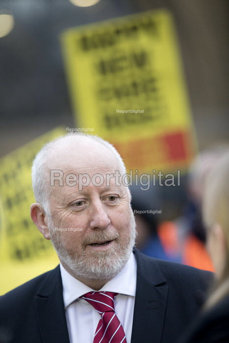 Andy McDonald MP supports Cut fares not guards, RMT protest, Kings Cross station, London. - Jess Hurd - 2018-01-02