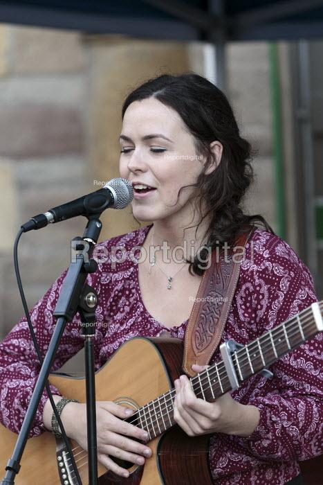 Anya Sweeney singing, Queen Elizabeth II 90th birthday celebration weekend, street party Alcester Warwickshire - John Harris - 2016-06-12