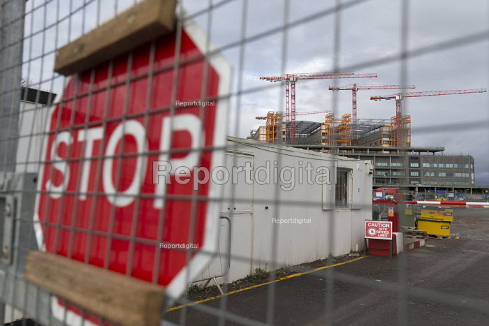 Carillion liquidation, thousands of jobs at risk. Work has stopped the 350 million Midland Metropolitan Hospital, Smethwick, Birmingham. Closed and padlocked gates - John Harris - 2018-01-15