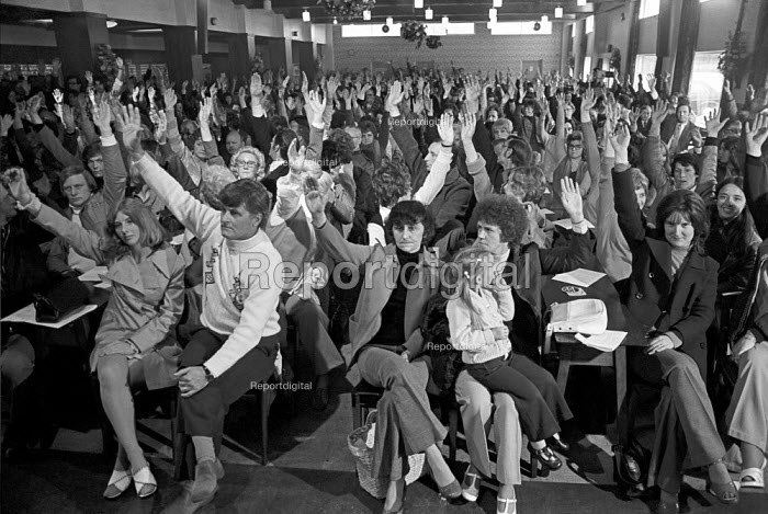 Dunlop, Holbrooks Coventry, 1975, workers at a mass meeting voting to continue strike - NLA - 1975-05-12