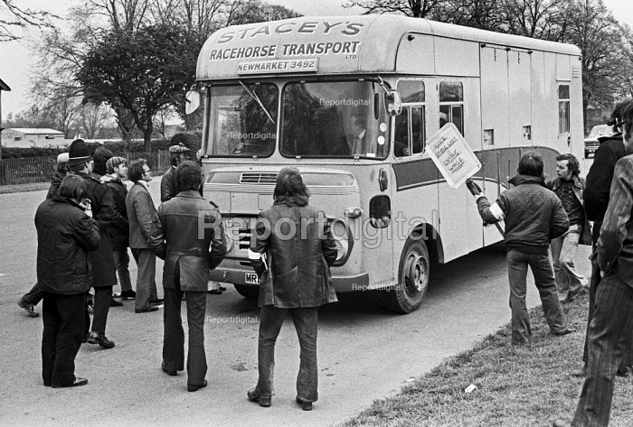 Stable hands picketing Newmarket Races, stopping a Racehourse transport 1975 on strike for a living wage - NLA - 1975-05-02
