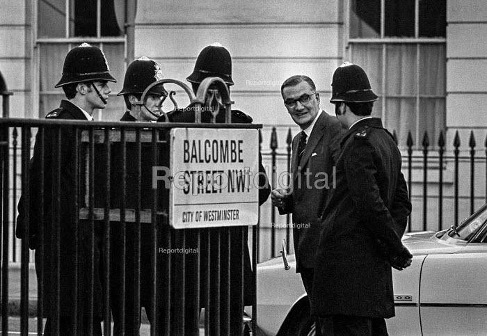 Balcombe Street siege of four IRA men London 1975 Met police commissioner Sir John Marks talking to police officers - Martin Mayer - 1975-12-07