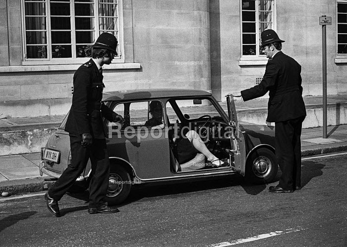 Police searching cars near Lambeth Magistrates Court, London 1973 during the trial of the Belfast 10 on charges made after the London bomb explosions on March 8. - Peter Arkell - 1973-04-24
