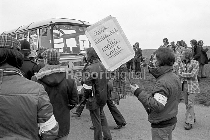 Stable lads strike for a living wage, Newmarket races 1975 Pickets attempting to turn back coaches - Martin Mayer - 1975-05-02