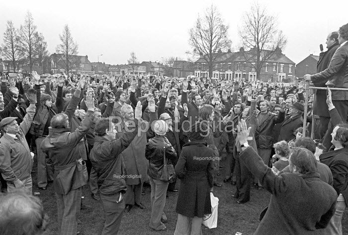 Mass meeting of Chrysler workers voting against redundancies, Stoke Green, Coventry 1975 as Chrysler make a loss - NLA - 1975-12-31