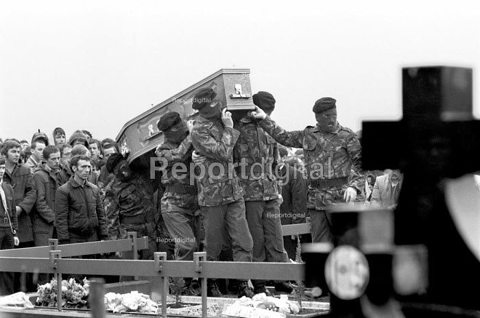 Masked IRA volunteers carrying the coffin of Bobby Sands 1981 who died after 66 days on hunger strike in protest at the removal of Special Category (political prisoner) status for Irish Republican prisoners. He was buried in the 'New Republican Plot', Miltown cemetery, Belfast - Katalin Arkell - 1981-04-30