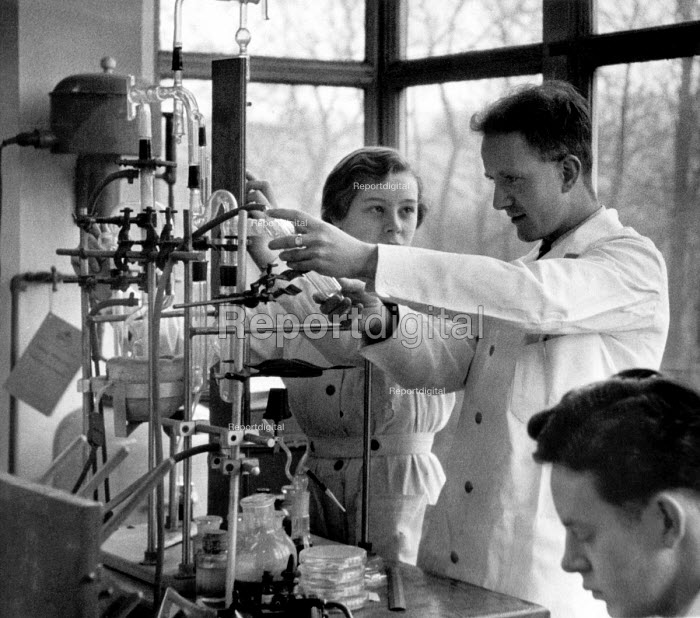 Teacher and pupils, Chemistry lesson, Secondary school London 1949 - Elisabeth Chat - 1949-04-24