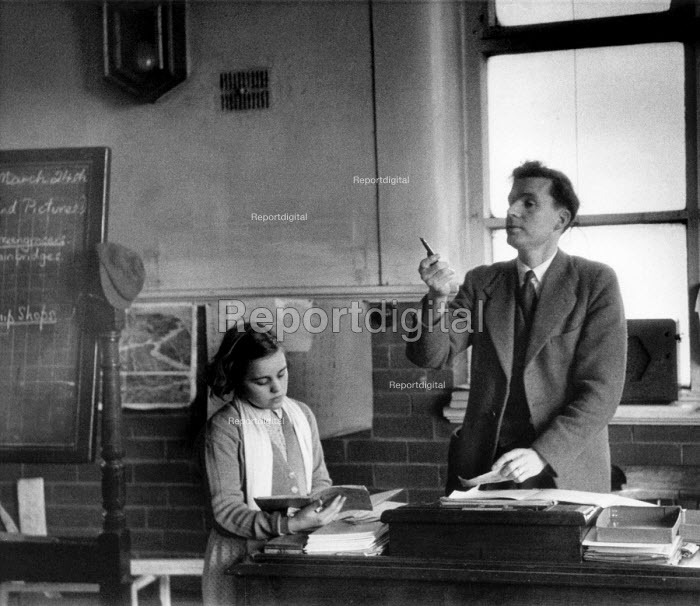 Primary pupil reading to her teacher, Secondary school London 1949 - Elisabeth Chat - 1949-03-24