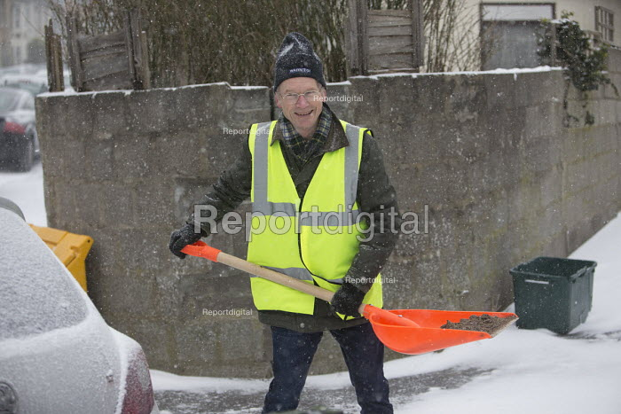 Community snow warden clearing snow from the streets, Bristol - Paul Box - 2018-03-01