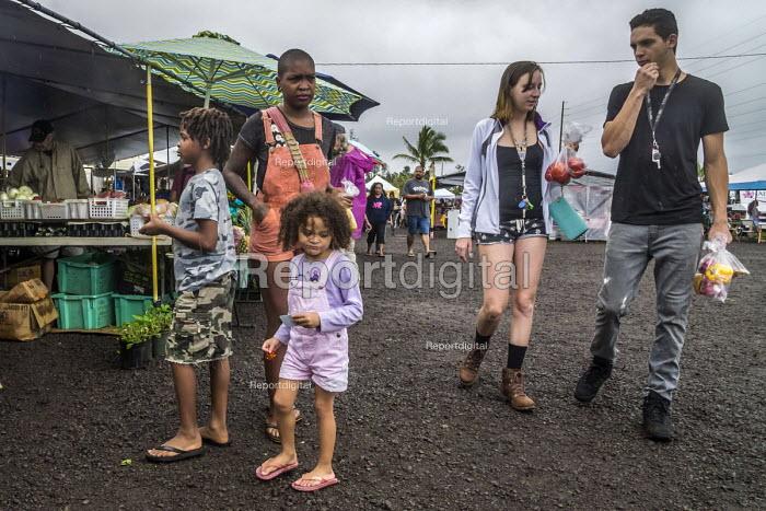 Big Island, Hawaii, Saturday Makuu Farmers Market, Pahoa, a town with many people living alternative lifestyles - David Bacon - 2018-02-25