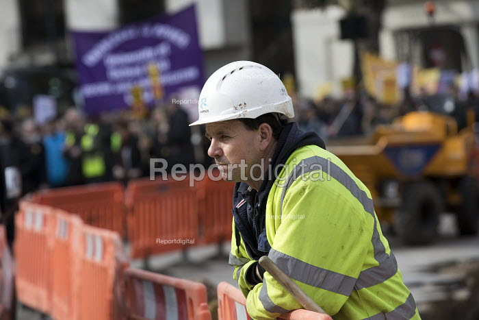 Construction workers stop to watch UCU university lecturers pensions strike protest, London - Jess Hurd - 2018-03-14